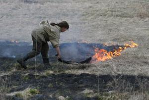 тушение пожара подручными средствами